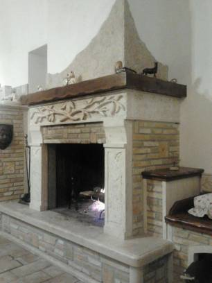 Vendita camino in pietra etrusca caminetti e barbecue for Camini rustici in pietra e legno
