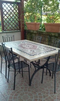 Vendita tavolo con sedie in ferro con mosaico sotto una for Tavolo per veranda