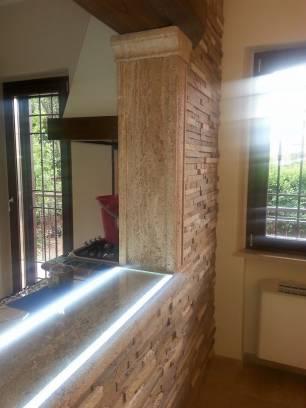 Vendita parete in pietra rivestimento con listelli for Rivestimento parete salotto